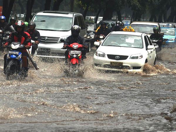 Sejumlah pengendara menerjang air yang menggenangi jalan jenderal